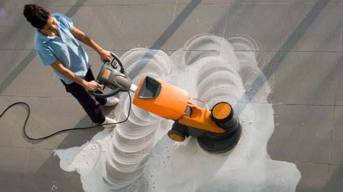Manet propose parmi ses prestations les traitement spécifique des sols à l'aide d'auto-laveuse